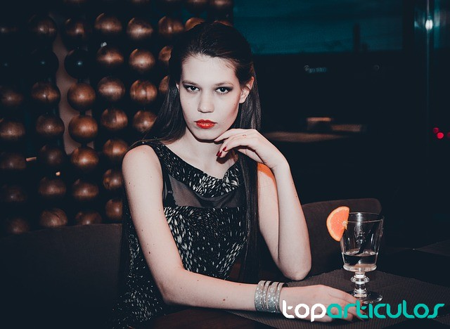 Chica con vestido de nochevieja.