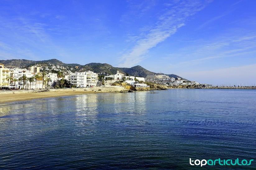 Vistas de la playa de Sitges desde un chalet de lujo.