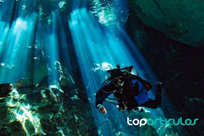 Imagen de buceador explorando cenote Tajma-hál.