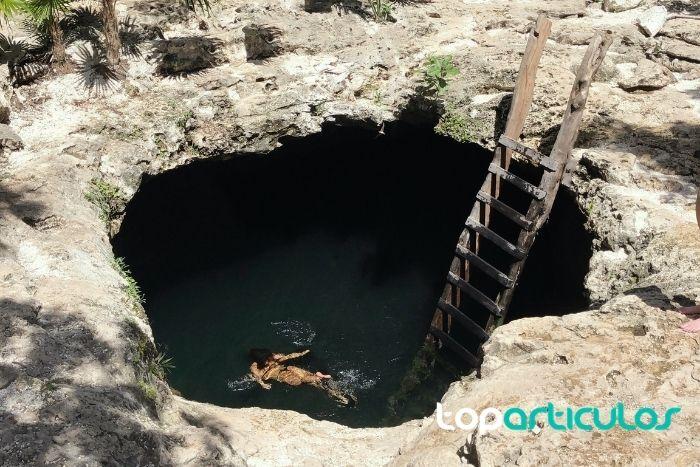 Imagen de chica entrando a Cenote Siete Bocas.