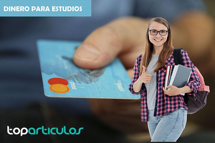 Chica solicitando tarjeta de crédito para pagar la matrícula de estudios