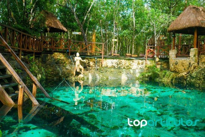 Imagen de gran cenote ubicado en Tulum.