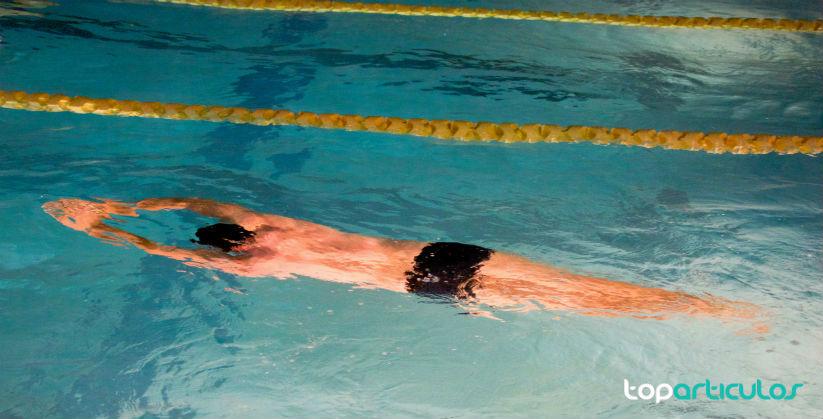 La natación es el mejor deporte para fortalecer tu espalda