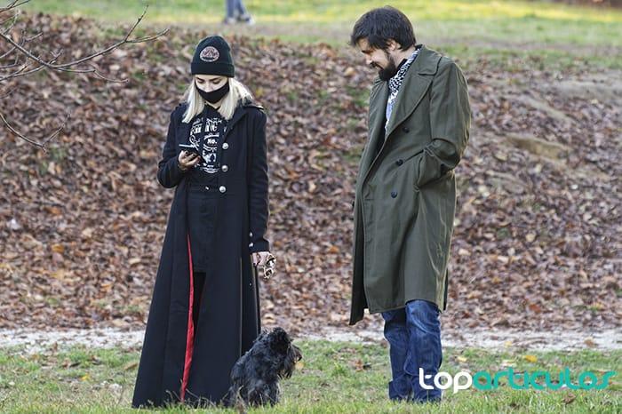 Persona con mascarilla paseando un buldog francés.