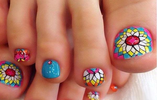 Diseño de uñas decoradas de los pies.