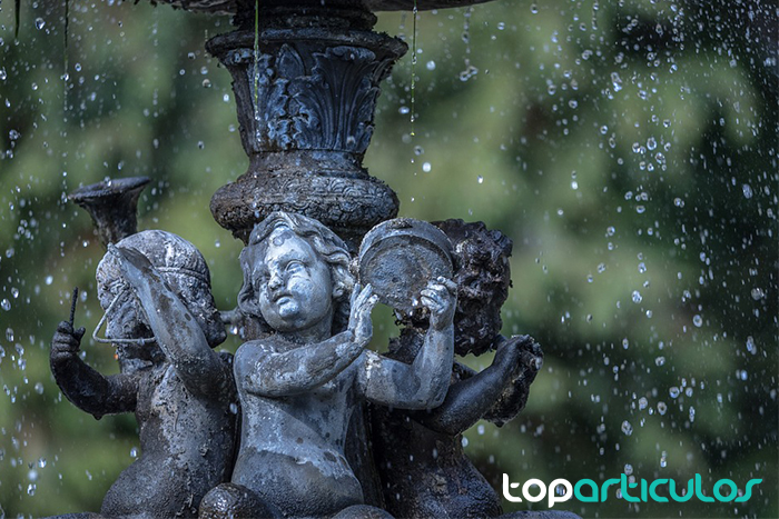 Fuente de piedra artificial típica de ángeles.