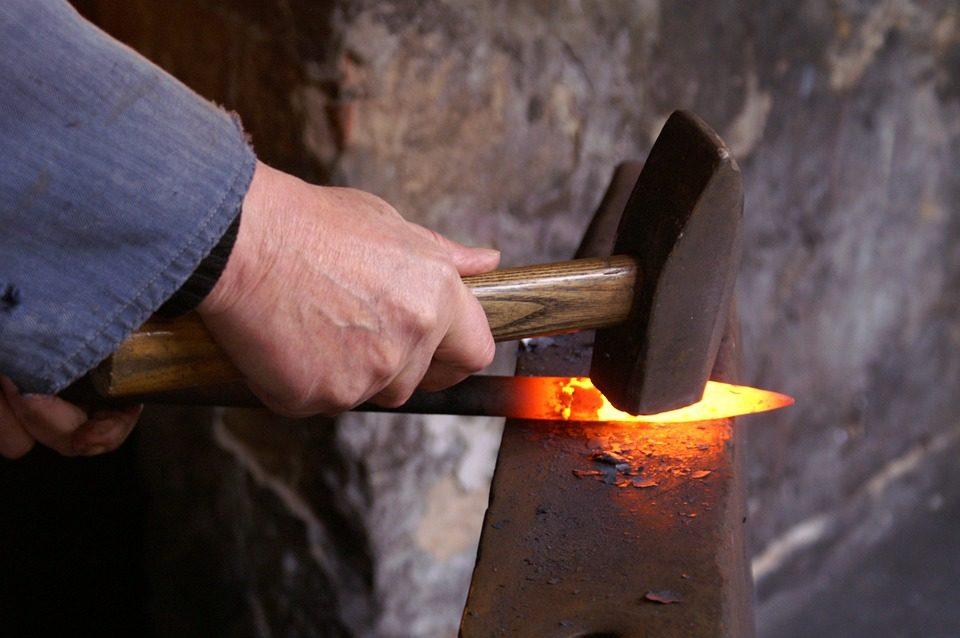Hombre trabajando el hierro
