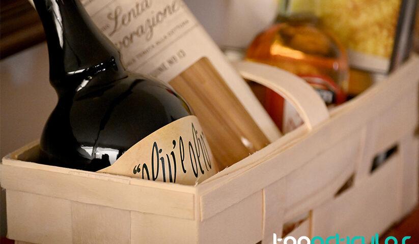 Imagen de una cesta de regalos gourmet.