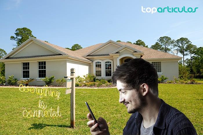 Imagen de un chico comprando una casa telemáticamente