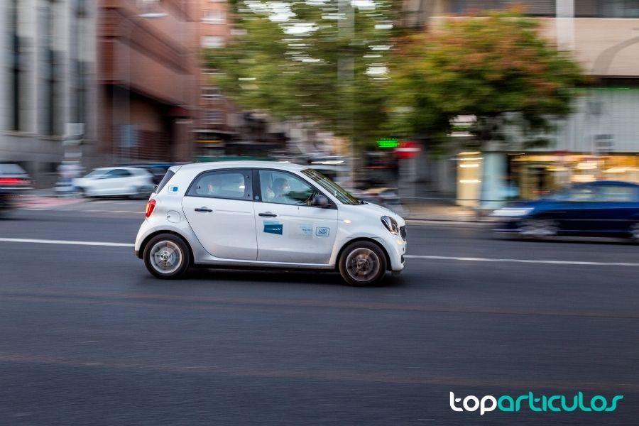 Imagen de chica conduciendo coche eléctrico.