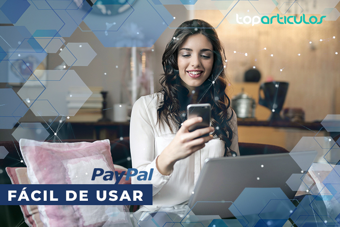 Chica comprando online con un móvil - ¿Qué es Paypal?