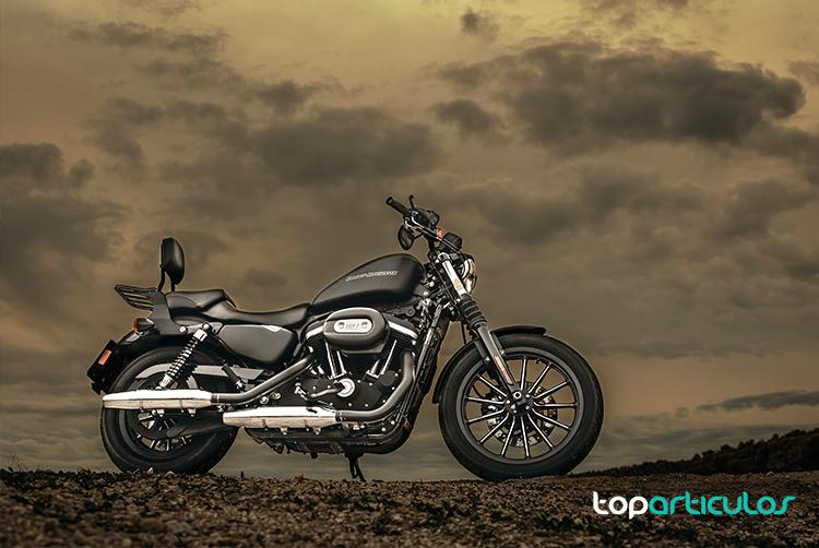 moto con fondo oscuro de nubes - vender tu moto