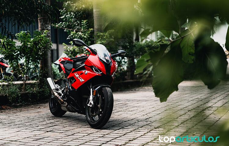 imagen de una moto de carretera roja