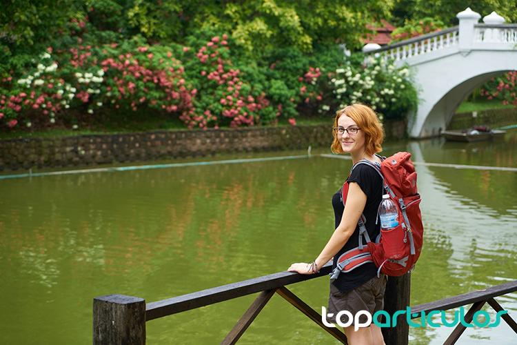 Chica de viaje con su mochila a la espalda